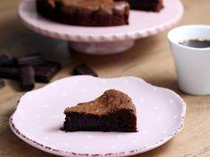 法籍友人的招牌巧克力蛋糕吃過的人都讚不絕口,沒想到作法竟然出奇的簡單,只要一根打蛋器喇一喇就能進烤箱,完全零技術含量,而且只要20分鐘就能完成。 想為情人...