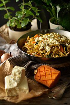 Esparguete de Caril com Abóbora, Espinafres e Feta - http://gostinhos.com/esparguete-de-caril-com-abobora-espinafres-e-feta/