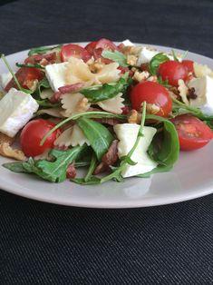 PastaSalade Brie Deze zomerse salade van brie, walnoten en cherrytomaatjes heeft een pittige dressing. Deze salade is snel klaar en kan vegetarisch. Je hoeft dan alleen de spekjes weg te laten. Een heerlijke voedzame maaltijdsalade voor de warme zomer dag.
