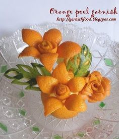 Fruit Carving Arrangements and Food Garnishes: Orange Peel Garnish: Flowers ++ Guarnicion flores hechas con piel de naranja Edible Crafts, Edible Food, Food Crafts, Edible Art, Veggie Art, Fruit And Vegetable Carving, Veggie Food, Deco Fruit, Veggie Display