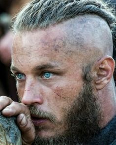 Travis Fimmel as Ragnar Lothbrok from the show Vikings. I might be ok if my village got ransacked by a boat load of vikings who looked like this. Ragnar Lothbrok Vikings, Lagertha, Ragner Lothbrok, Vikings Rollo, Vikings Travis Fimmel, Travis Fimmel Vikingos, Travis Vikings, Vikings Tv Show, Watch Vikings