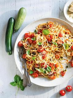 Cherry Tomato and Zucchini Spaghetti Healthy Snacks To Make, Healthy Pastas, Healthy Eating Recipes, Healthy Food, Cherry Tomato Pasta, Cherry Tomatoes, Confort Food, Ricardo Recipe, Zucchini Spaghetti