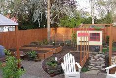 越來越多的人喜歡在庭院里建造一個家庭菜園,有的庭院甚至是用菜園來造景,用各種蔬菜代替花卉。更重要的是家庭菜園能為我們的餐桌提供健康新鮮安全的美味佳肴。看到自己從種子開始培育到豐收,會令人感覺充滿自豪。用收穫的蔬菜贈送家人鄰居也是一件很有意義的事。