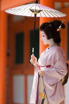 The Kimono Gallery — oiran-geisha: The melancholic geiko Toshikana. Geisha Japan, Geisha Art, Kyoto Japan, Geisha Makeup, Okinawa Japan, Japanese Costume, Japanese Kimono, Geisha Samurai, Memoirs Of A Geisha