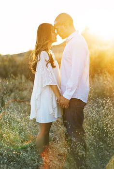 Here are some great ideas for engagement photo poses - whether you are the photographer or the engaged couple. Engagement Photo Poses, Engagement Inspiration, Engagement Couple, Engagement Pictures, Engagement Shoots, Engagement Photography, Wedding Engagement, Engagement Ideas, Wedding Inspiration