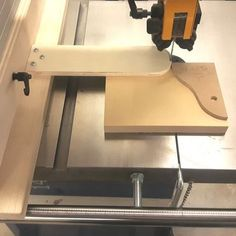 Bandsaw template follower Woodworking Templates, Woodworking Workshop, Woodworking Tips, Foot Shop, Workshop Organization, Router Table, Projects, Arm, Woodwind Instrument