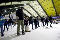 In der Wintersaison ist die Netphener Eisbahn beliebtes Ausflugsziel für Familien. Tipp: Wenn Kinder noch unsicher sind auf dem Eis, kann man einen kleinen Pinguin ausleihen, der einem Halt und Sicherheit gibt