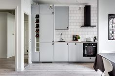 Stilrent och funktionellt kök med bra arbets- och förvaringsutrymme Kitchen Island, Kitchen Cabinets, Kitchen Ideas, Home Decor, Kitchens, Interiors, Island Kitchen, Decoration Home, Room Decor