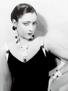 "In this photo, Swanson is wearing a more demure number for her role in the 1927 silent movie ""The Love of Sunya."" With a coordinated set of art deco jewelry (that also match the straps on her dress!), she looks the part of a sultry screen siren. Vintage Hollywood, Hollywood Glamour, Classic Hollywood, Hollywood Jewelry, Hollywood Style, Hollywood Actresses, Vintage Glamour, Vintage Beauty, Vintage Fashion"