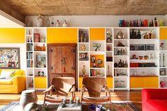 Living | madeira, teto no concreto e amarelo | Projeto Renata Bartolomeu