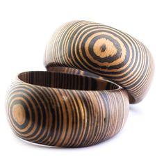 brazaletes de madera irregulares 5,99 € Si te gustan los accesorios de aspecto natural te encantarán nuestros brazaletes rígidos de madera con forma asimétrica.