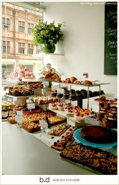 ottolenghi in london//bakery and cafe. Design Café, Cafe Design, Bakery Cafe, Cafe Restaurant, Bakery Shops, Bakery Kitchen, Creperia Ideas, Deco Cafe, Pastry Display