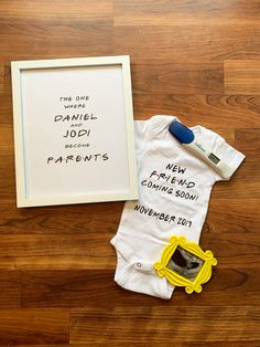 FRIENDS theme pregnancy announcement 🥰 - My Wishlist - Pregnant Women Baby Shower Niño, Baby Shower Gender Reveal, Baby Gender, Pregnancy Announcement To Parents, Cute Baby Announcements, Best Baby Announcement, Baby Boys, Pam Pam, Future Mom