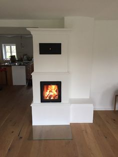 Modern tiled stove / basic stove with base and intermediate ledge. Modern tiled stove / basic stove with base and intermediate ledge. Reading Room Decor, Brick Tiles, Stove Oven, Modern Fireplace, Cornice, Rustic Farmhouse, Sweet Home, New Homes, Close Up