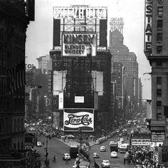 Times Square, New York City, 1952 Vintage New York, Vintage Abbildungen, Wedding Vintage, Colorful Pictures, Vintage Pictures, Old Pictures, Times Square, Empire State Of Mind, New York Photos