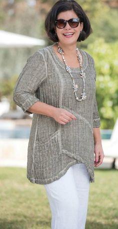 Calça branca com blusa cheia de detalhes cinza, uma boa combinação