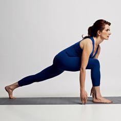 9. Ashva Sanchalanasana (postura de movimento equestre) Inspirando, traga o pé direito à frente entre as mãos, flexione o joelho em 90 graus e erga a cabeça à frente. A perna esquerda fica estendida. Mantenha as costas retas, o abdômen contraído e olhe para a frente.  Objetivo: alongar os músculos posteriores das pernas, fortalecer os quadríceps (músculo das coxas) e soltar as articulações dos quadris.