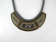 Esta temporada se lleva el rollo #etnico, por eso no puedes perderte este #collar negro y dorado