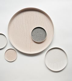 Ceramic plate with a nude colored glazing that looks like water drops, designed by Lotte de Raadt. Colored Drops is a design research from studio Lotte de Raadt Ceramic Tableware, Ceramic Pottery, Porcelain Ceramics, Kitchen Cooker, Design Research, Modern Ceramics, Ceramic Design, Earthenware, Color Inspiration