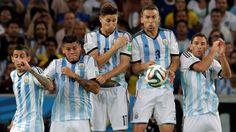 SALTO. Los jugadores Argentinos saltan en busca de la pelota en el partido entre la seleccion Argentina y Bosnia. (Marcelo Carroll)