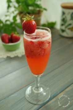 Spumante alle fragole | I pasticci di mamma Alex Smoothie Drinks, Smoothies, Cocktail Juice, Sangria, Alcohol Free, Antipasto, Prosecco, My Favorite Food, Finger Foods