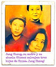 En esta novela, Jung Chang contaba la historia de su abuela, concubina, el ascenso y caída de su padre, alto funcionario miembro del Partido Comunista, apasionado de la literatura que, a raíz de su rechazo a las políticas de Mao fue humillado, encarcelado y obligado a dejar su hogar. Chang vivió en su propia piel la decepción comunista muy pronto. Desde los 70 reside en Inglaterra y fue la primera china en doctorarse en una universidad británica.