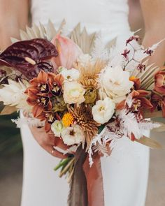 Muted Tones + Artistic Touches Stand Out in this Retro-Modern Palm Springs Wedding - Green Wedding Shoes modern fall bouquet. Fall Wedding Flowers, Wedding Flower Arrangements, Autumn Wedding, Spring Wedding, Boho Wedding, Floral Wedding, Destination Wedding, Green Wedding, Wedding Shoes
