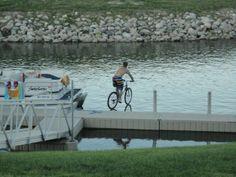 El ciclista acuático: esta es una divertida foto tomada en el preciso momento.