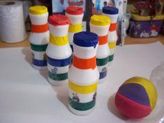 El boliche para el aula, de material reciclado, es un juego educativo para recreos dirigidos y a su ves, refuerza la suma y la resta. La pelota es de papel de diario forrado con globos de colores.