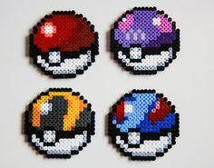 Conjunto de 4 corcho Pokeball respaldado posavasos hechos de perlas Hama. Puede ser utilizado para la decoración demasiado! Usted puede solicitar un conjunto personalizado si desea un diseño diferente o color, háganoslo saber.  Sistemas de: Mixta - uno de cada uno - pokeball, gran bola, ultra ball y master ball. o Juego de la gran bola de 4 Juego de la bola ultra de 4 Master ball juego de 4 Pokeball juego de 4  Si ha elegido un orden personalizado, por favor deje una nota en cuanto a lo que…