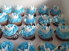 The disney frozen cupcakes Disney Frozen Cupcakes, Disney Princess Cupcakes, Frozen Theme Cake, Disney Frozen Birthday, Frozen Cake Topper, Frozen Party, Frozen Dessert Table, Frozen Desserts, Christmas Cupcakes