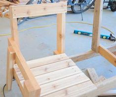 Обиваем доской спинки и сидения. Diy Outdoor Furniture, Outdoor Chairs, Outdoor Decor, Bench Plans, Lawn And Garden, Gardening, Home Decor, Pallet Ideas, Woodworking Ideas