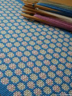 新しく織りあがったブンデンローゼンゴンです。かわいらしい砂糖菓子が並んだ様子をイメージしてデザインしましたが柄としては単調でありきたりだったかな。でもこう...