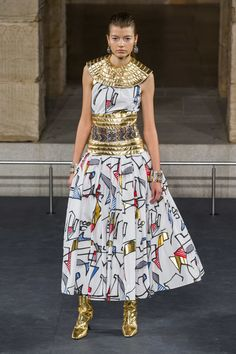 See all the Collection photos from Chanel Autumn/Winter 2019 Pre-Fall now on British Vogue Style Couture, Couture Fashion, Runway Fashion, Womens Fashion, Vogue Fashion, Cheap Fashion, Fashion Week, Fashion Show, Fashion Outfits