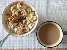 Zestaw śniadaniowy - kawa zbożowa i owsianka z jogurtem na zimno.