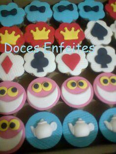 Cupcakes da Festa da Alice no Pais das Maravilhas Encomendas:(21) 2652-6583 selmadocesenfeites@yahoo.com.br