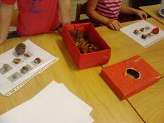 Thema herfst groep 1/2. Lotto spelen met de voeldoos.  Autumn sensory box with matching lotto game.