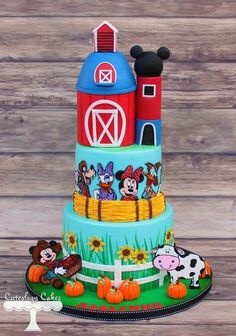 These farm-themed cakes and cupcakes are worthy of a county fair blue ribbon. Join the barnyard bash with some sweet party animals right here on Craftsy.