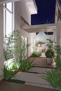 Pequeno jardim com pergolado de concreto.  Fotografia: www.decorfacil.com