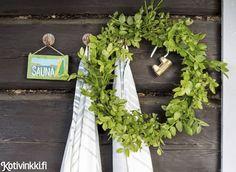 Arki jää mantereelle, kun veneen nokan suuntaa kohti suvisaunaa. Ennen remonttia saunamökki oli surkea näky. Summer Cabins, Norman, Floral Wreath, Wreaths, Home Decor, Bathroom, Washroom, Floral Crown, Decoration Home