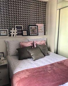 Cada dia mais apaixonada pelo cinza!!! Olha só que coisa mais linda esse quarto que ficou perfeito na composição do cinza com o rosa. O papel de parede que simula um 3D completou a parede da cama que de um lado tem uma mesinha de cabeceira e do outro lado um armário espelhado. Distribuição perfeita dentro do espaço disponível. Inspiração maravilhosa do super ig @almocodesexta Projeto Andrea Alcantara