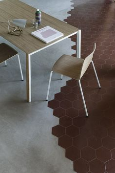 Wood is the element that designs Rama chair by RamosBassols and Thin-k by Bertoncini #wood #woodentable #woodenchair #design #kristalia tiles carrelage sol: