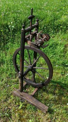 Wir verkaufen hier ein schönes hölzernes und sehr altes Spinnrad aus Ungarn mit tollen...,Antikes Spinnrad aus Ungarn guter Zustand Holz in Nordrhein-Westfalen - Pulheim