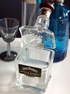 Plato de cristal con bisagras de una botella de licor.  por Tiffany Lin