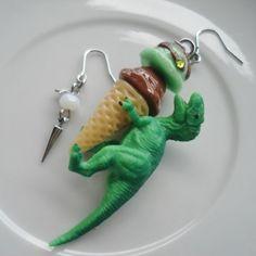 アイスクリームを抱きしめて離さない動物たちのピアスです。 ピアスはアシンメトリーになっております。 氷入りのハートのケース付き。  サイズ 縦6.5?×横2?