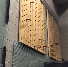 The climbing pegboard has become popular ever since introduced by Dave Castro at the CrossFit Games. Although they aren't too expensive to buy, they're even cheaper to make. Here's how to make your own DIY Climbing Pegboard. Diy Home Gym, Gym Room At Home, Basement Gym, Garage Gym, Home Gym Equipment, No Equipment Workout, Sport Studio, Backyard Gym, Crossfit Box