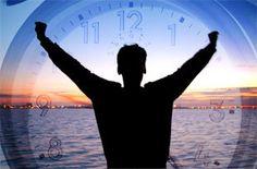"""Como acordar com mais energia em 8 passos 1 - Durma 2 - Levante-se sempre à mesma hora, mesmo aos fins-de-semana 3- Não carregue no botão dos """"mais cinco minutos"""" 4 - Beba água assim que se levantar 5 - Procure luz 6- Respire 7 - Faça exercício todas as manhãs 8 - Tome um pequeno-almoço rico em proteínas"""