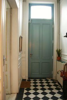 Kleur voordeur: Oval Room Blue (Farrow and Ball) of binnendeur Hallway Inspiration, Interior Inspiration, Oval Room Blue, Monochromatic Room, House Front Door, Front Doors, Entry Hall, Home And Living, Future House