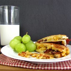Bacon mac and cheese grilled cheese sandwich. This looks so fattening Kings Bakery, The Earl Of Sandwich, Bacon Mac And Cheese, Wrap Sandwiches, Bacon Sandwiches, Best Bacon, Grilled Sandwich, Just Eat It, How To Eat Better