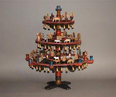 Pyramidenleuchter mit erzgebirgischem Spielzeug